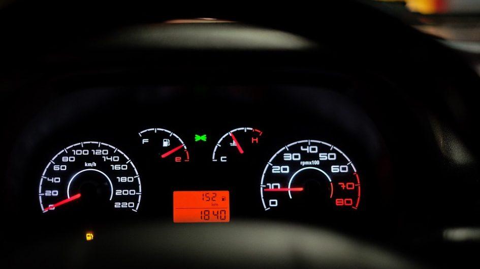 Na czym tak naprawdę polega ekonomiczna jazda samochodem? Wyjaśniamy.